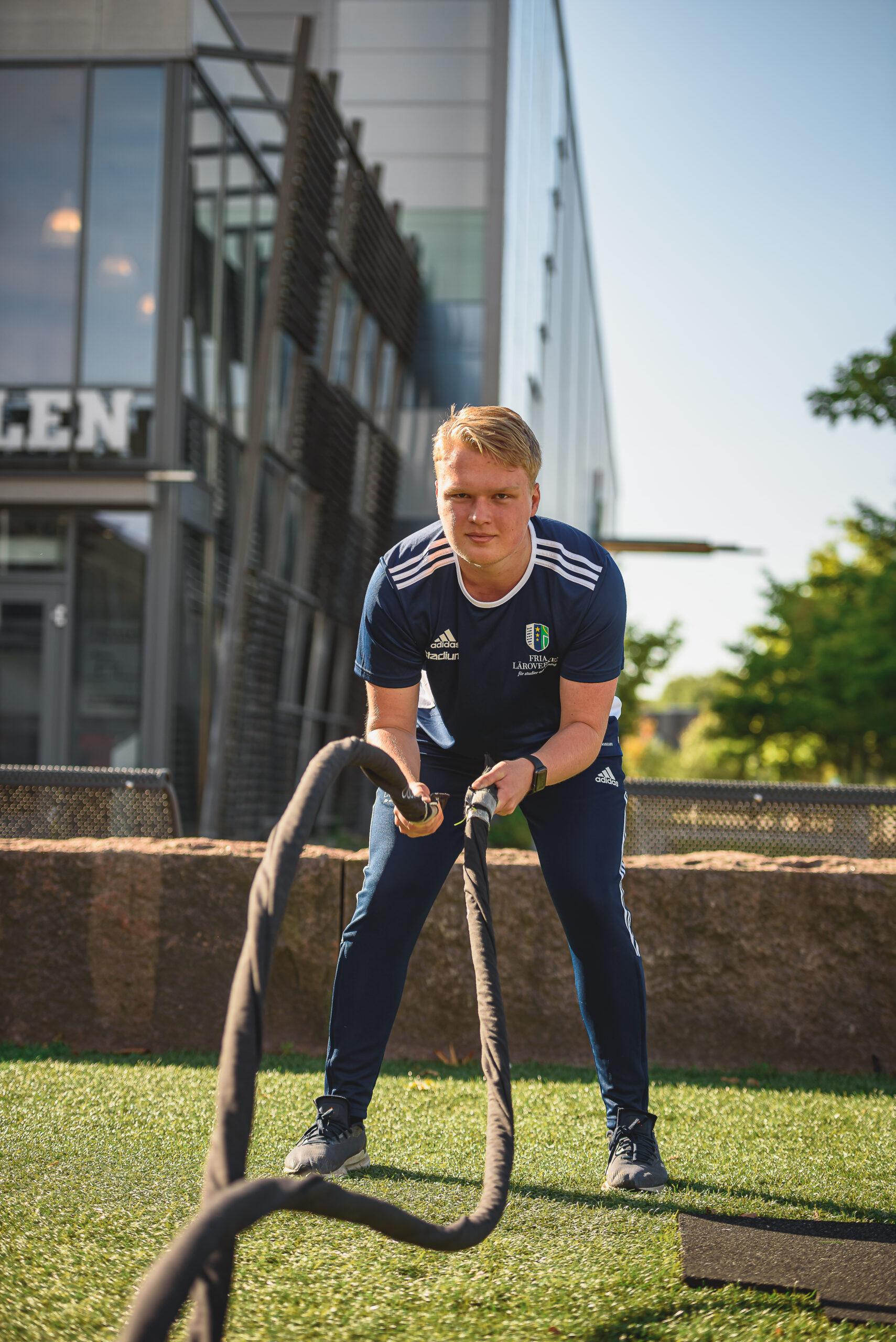 En elev tränar med träningsrep utomhus