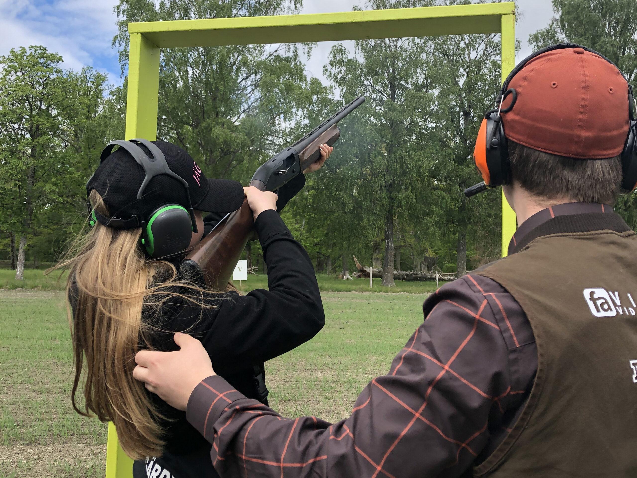 Elev instruerar i luftgevärsskytte