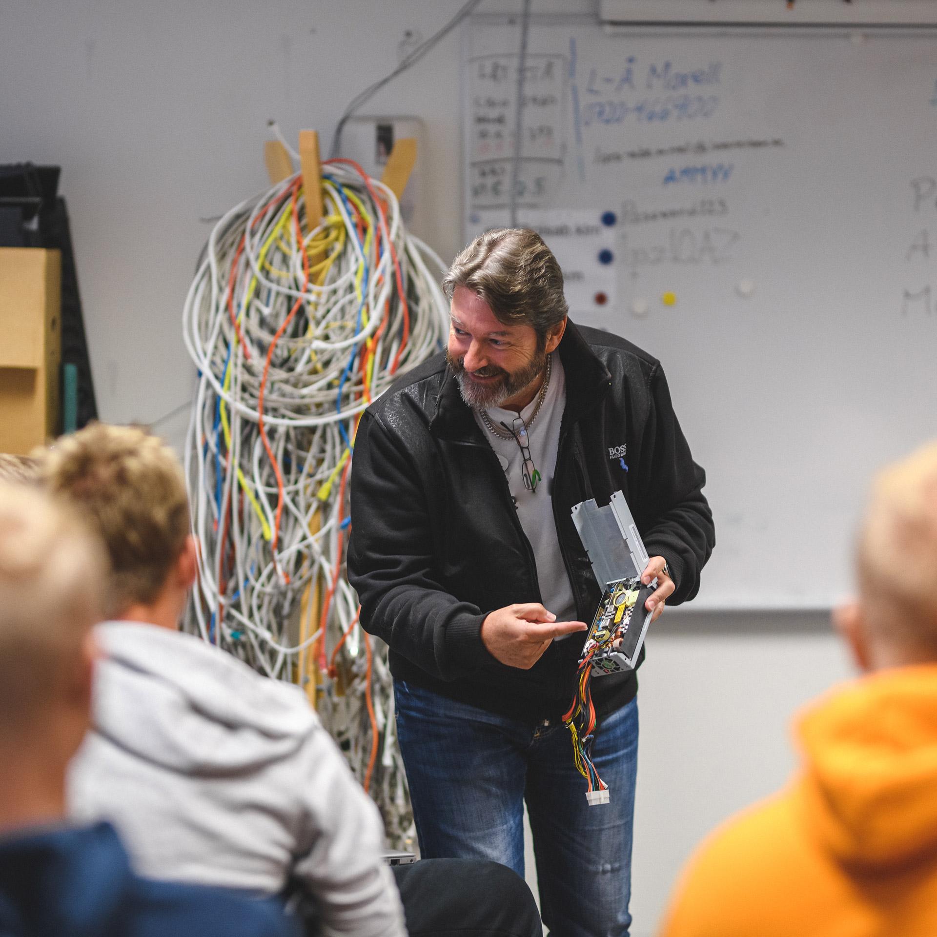 En lärare undervisar elever inom nätverksteknik i ett klassrum